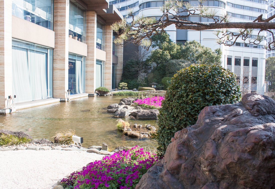 New otani japanese garden, japanese garden, tokyo, japan, tokyo sightseeing, waterfall, red bridge, polo dress, pearl dress, red lips, japanese culture, pearl earrings