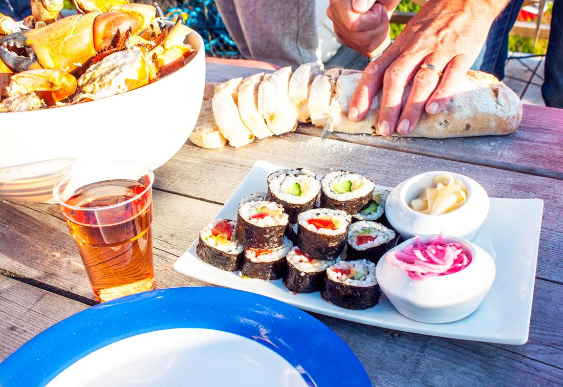 bohus malmon, crab dinner, nyfångade krabbor, bohuslän, swedish archipelago, boat house, swedish summer, swedish summer dinner, swedish sunset, vegan sushi