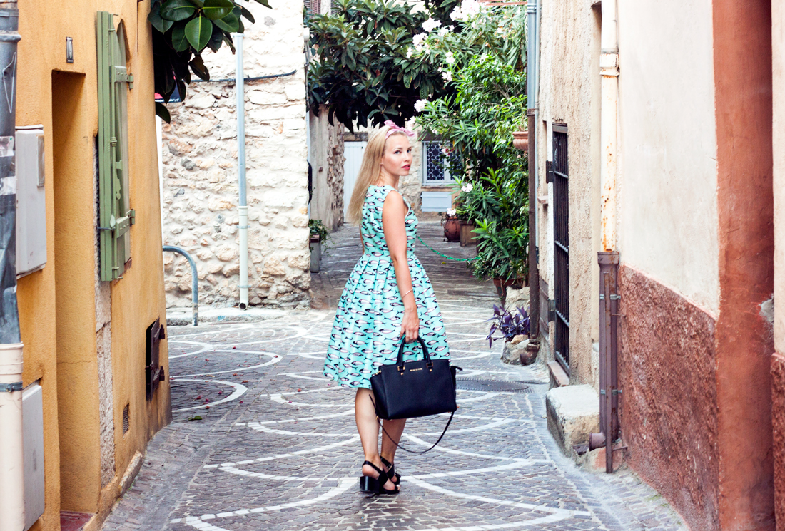 Rue du Haut Castelet antibes, antibes, fish dress, french riviera, france, colourful window shutters, michael kors bag, antibes sightseeing
