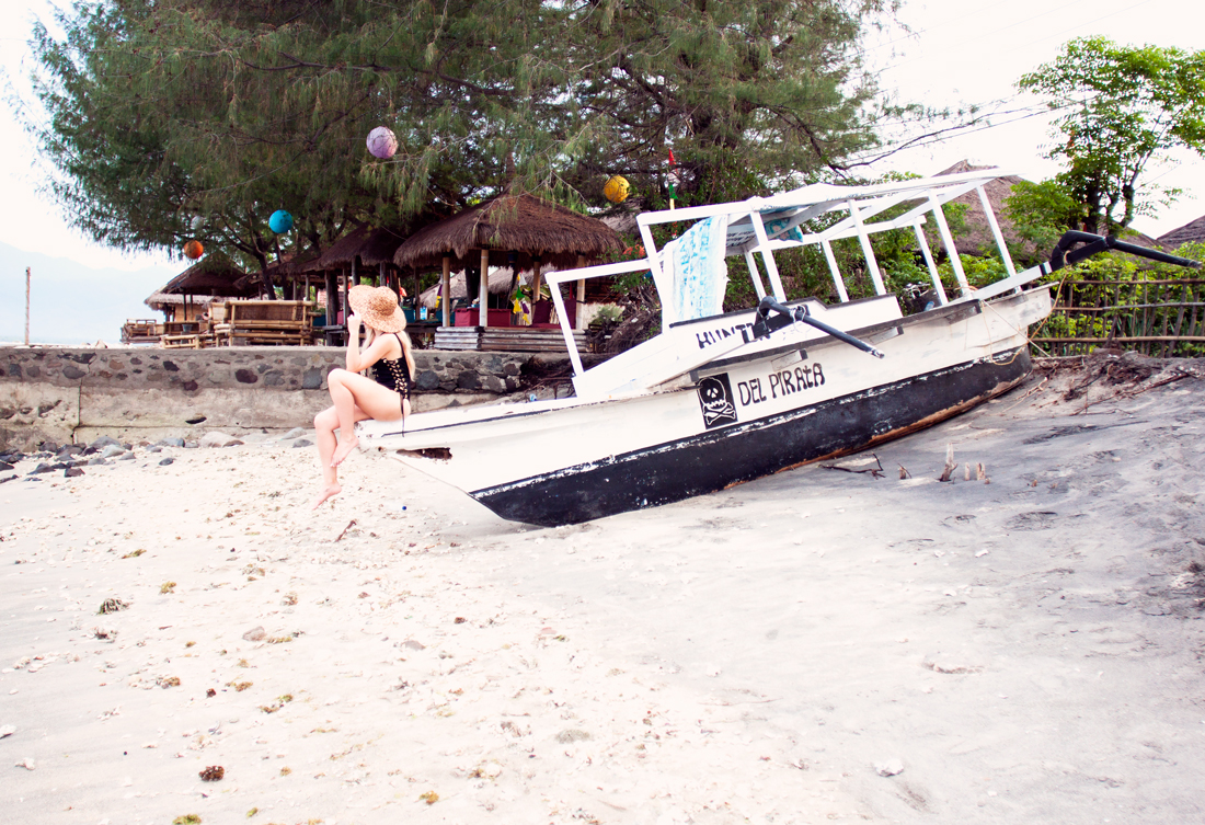 del pirata, asos lace up swimsuit, asos swimsuit, lace up swimsuit, bathingsuit, straw hat, gili air island, gili air beach, gili air sunset, travel blog, del pirate boat, pirate boat, bali, gili islands vacation, gili island black beach, rapunzel of sweden clip in set, rapunzel of sweden hair extensions