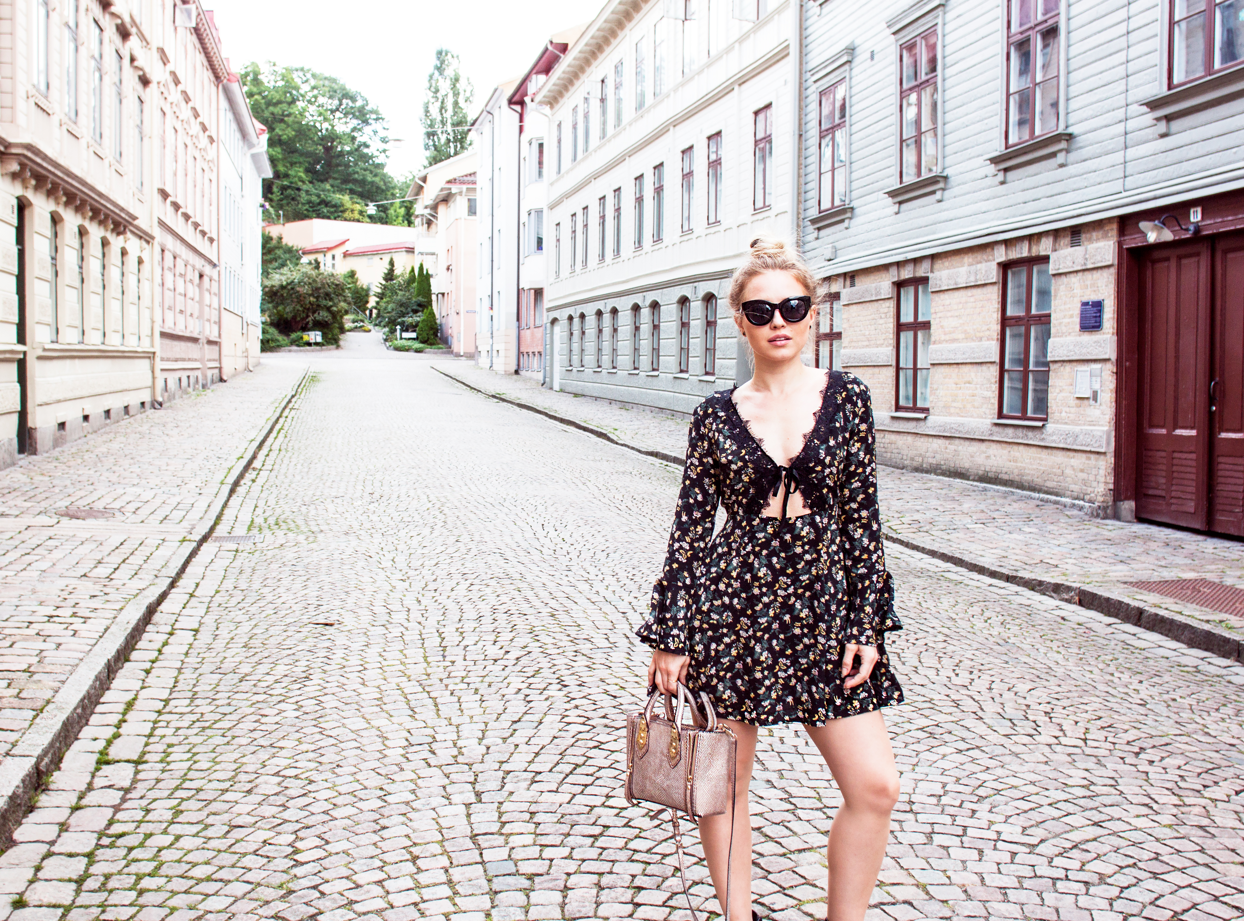 asos dress, asos fall dress, asos flower print dress, asos lace dress, perfect fall dress, dress lace low neckline, sweden, gothenburg, haga, cobblestones gothenburg, haha göteborg, höst, perfekta höstklänningen