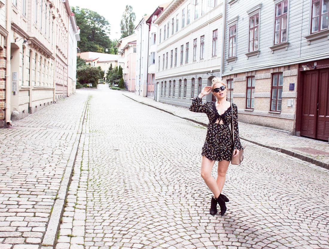 asos dress, asos fall dress, asos flower print dress, asos lace dress, perfect fall dress, dress lace low neckline, sweden, gothenburg, haga, cobblestones gothenburg, haha göteborg, höst, perfekta höstklänningen
